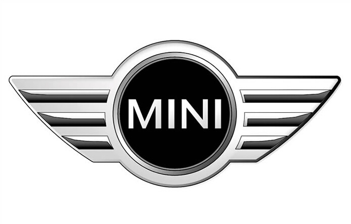 """1988年,当代杰出的汽车设计师伊西戈尼斯逝世。但他的Mini创造了一个奇迹。这种车车轮才25.4厘米,技术落后的铁质发动机的功率又比别的汽车小得多,它怎么可能在比赛中把保时捷、富豪、福特等汽车甩在后面呢?Mini的秘密来自于技术优势:巧妙的重心分布及适当的轴距和轮距。由于它的外型""""呆头呆脑"""",许多人曾试图使这种小车换成一种""""现代化的式样"""",改进它原来的设计,结果都没有成功。这是因为伊西戈尼斯将Mini车的设计从一开始就考虑得十分周密,自成一体。 不过,正因为它"""