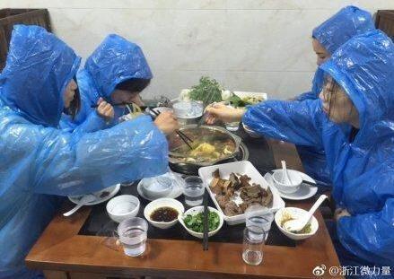 吃货界的吃货,自带雨衣吃火锅。