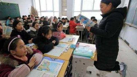 女教师身患疾病,跪着给学生上课。老师您辛苦了!