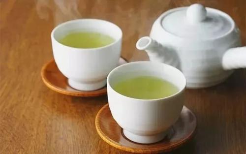 老人喝绿茶伤胃、红茶养胃?辟谣:真正注意的,是别喝浓茶和凉茶