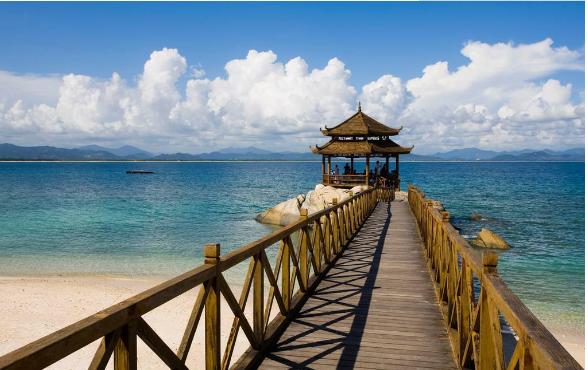 导语:海南是我国有名的国际旅游岛,它天然的地理位置和气候,形成各种美丽的热带景观。如果说你想来一场浪漫的度蜜月,海南是你的不二选择,这里相比于国外的一些度假景点,有过之而无不及。现小编介绍几个来海南旅游必去景点,来看看海南最值得去的景点有哪些吧?   海南旅游必去景点 那些海南最值得去的景点   海南旅游必去景点1:天涯海角    天涯海角   天涯海角位于三亚市西郊23公里处。天涯海角风景区背负马岭山,面向茫茫大海。这里海水澄碧,烟波浩瀚,帆影点点,椰林婆娑,奇石林立水天一色。海湾沙滩上大小百块石耸