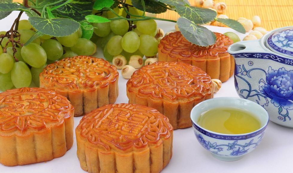 中秋节为什么要吃月饼答:月饼是圆形的,象征团圆,寓意团圆美好.