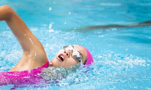 盛夏时期长期游泳对人体有什么好处?