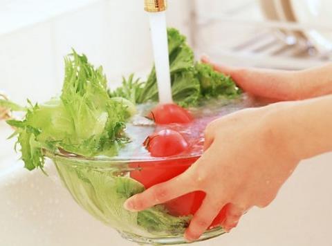 果蔬清洗剂可增加农药的溶出,所以洗这些蔬菜时可加入少量果蔬清洗剂.